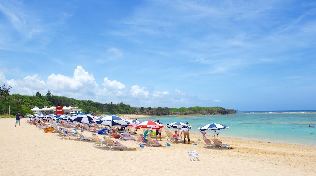Strand von Nirai sowie große Menschengruppe
