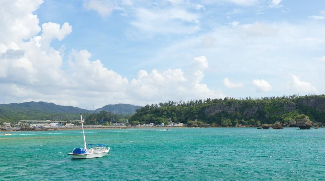 Okinawa das einen allgemeine Küstenansicht und Bootfahren