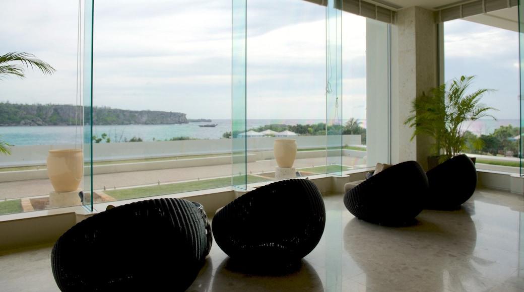 Okinawa welches beinhaltet Luxushotel oder Resort und allgemeine Küstenansicht