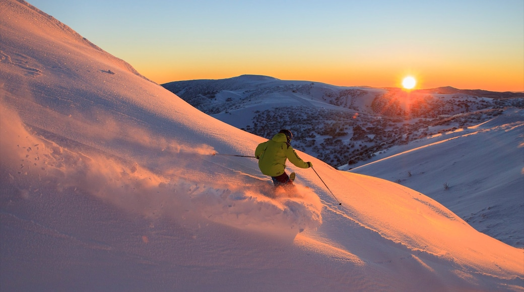 Hotham Heights showing a sunset, snow and snow skiing
