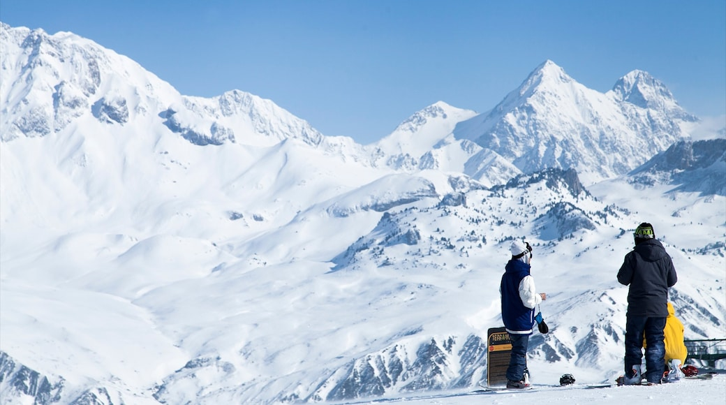 Station de ski de Formigal mettant en vedette neige et montagnes aussi bien que petit groupe de personnes