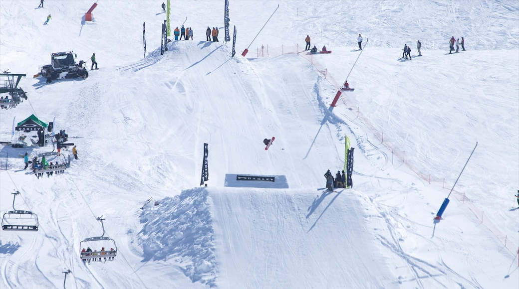 Station de ski de Formigal mettant en vedette gondole, neige et snowboard