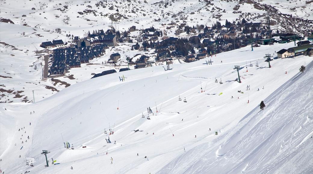 Station de ski de Formigal montrant neige, ski et petite ville ou village