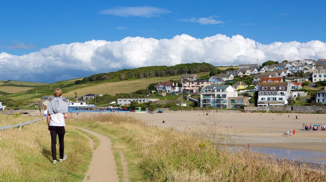 Plage de Porth montrant ville côtière et plage de sable aussi bien que homme