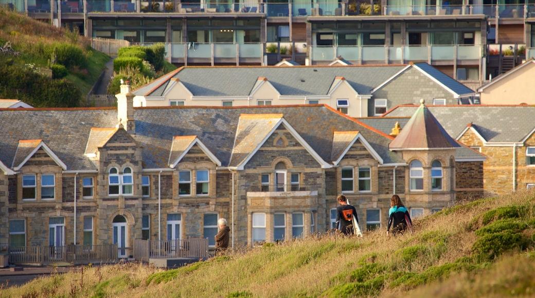 水門灣 呈现出 海邊城市 和 房屋