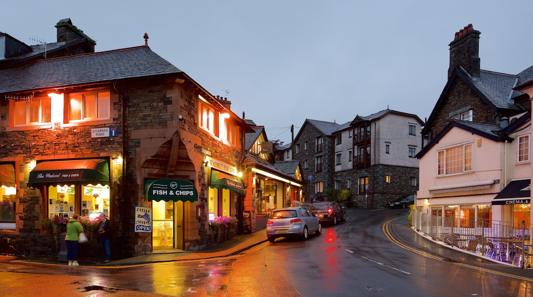 Ambleside showing a small town or village, street scenes and café lifestyle
