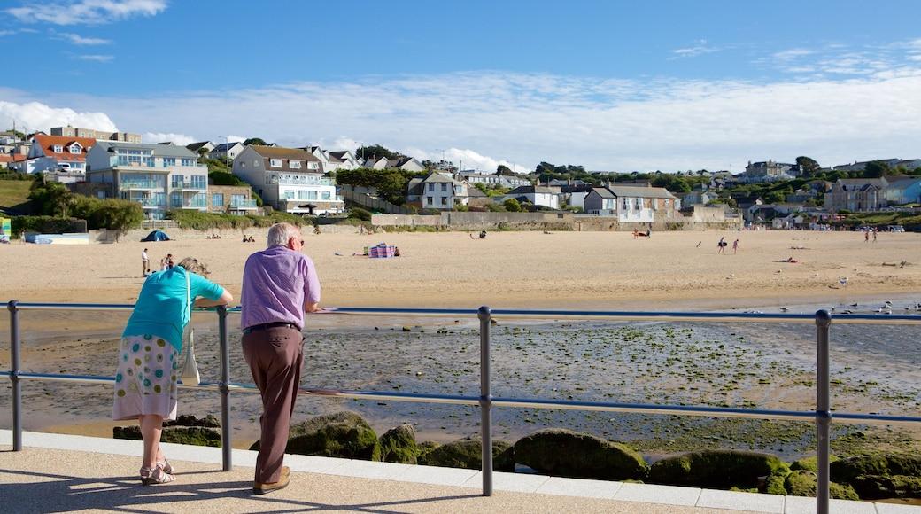 Plage de Porth montrant ville côtière et plage de sable