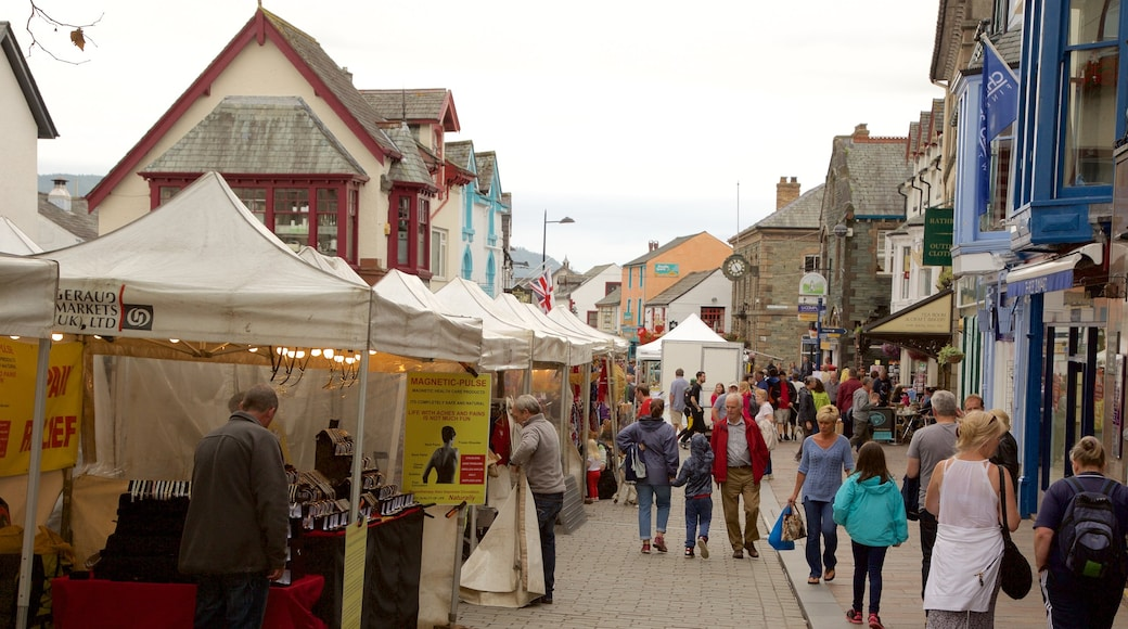 Keswick featuring markets and street scenes as well as a large group of people