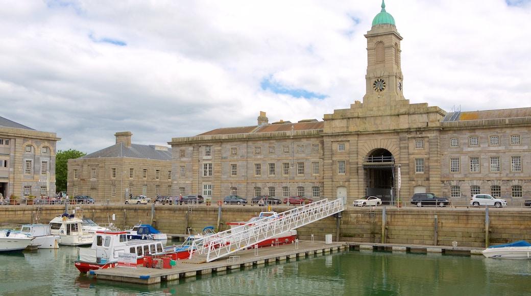 Plymouth montrant marina, navigation et ville côtière