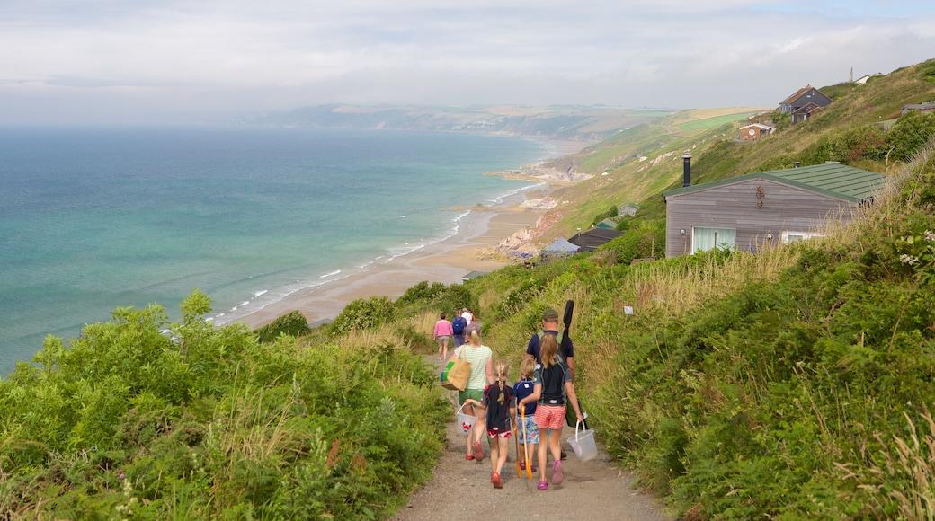 Plage de Whitsand Bay mettant en vedette plage et ville côtière aussi bien que famille