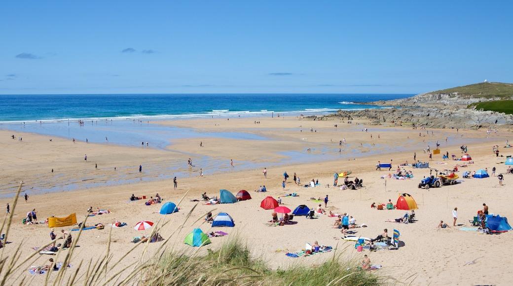 Plage de Fistral mettant en vedette plage de sable aussi bien que important groupe de personnes