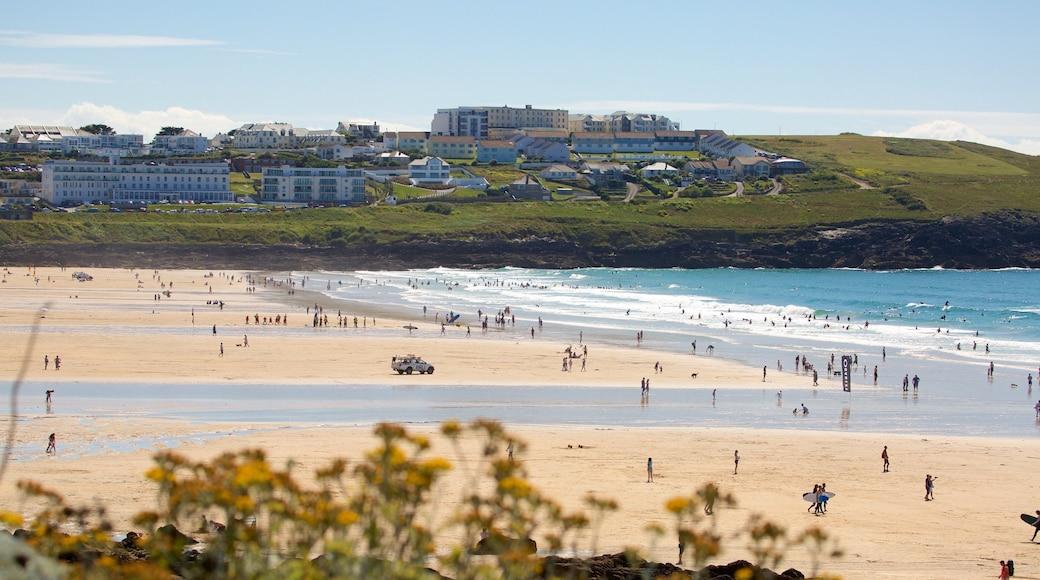 Plage de Fistral mettant en vedette côte rocheuse, ville côtière et plage de sable