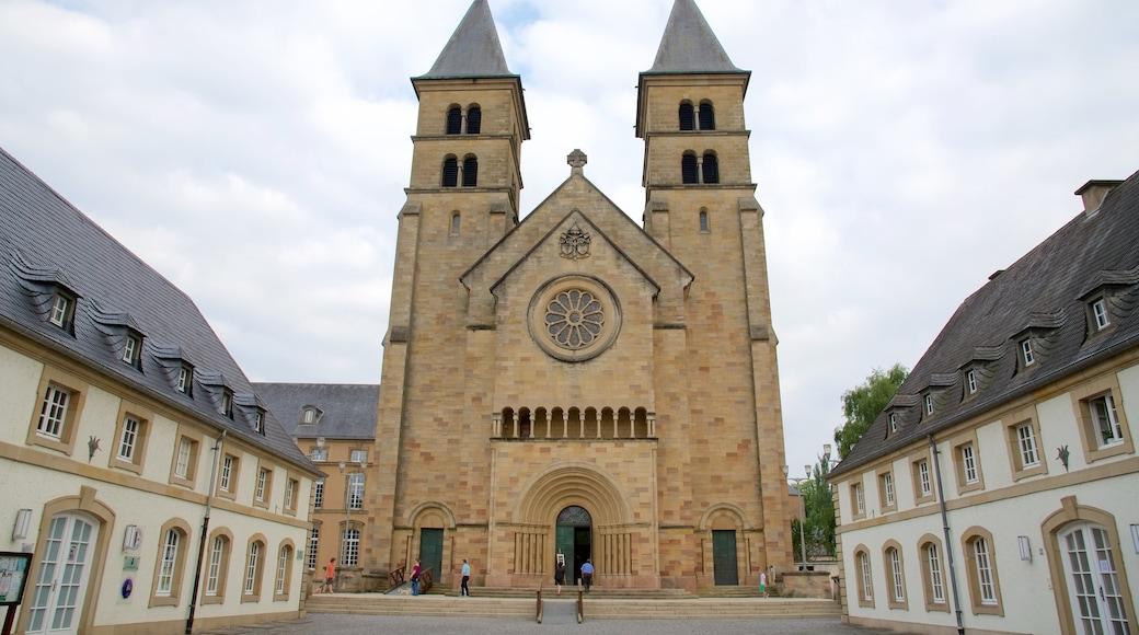 Echternach montrant église ou cathédrale aussi bien que petit groupe de personnes