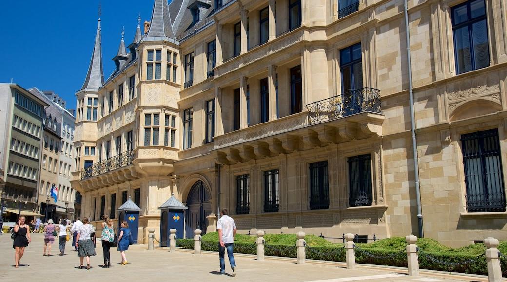Palais grand-ducal mettant en vedette patrimoine historique, patrimoine architectural et château