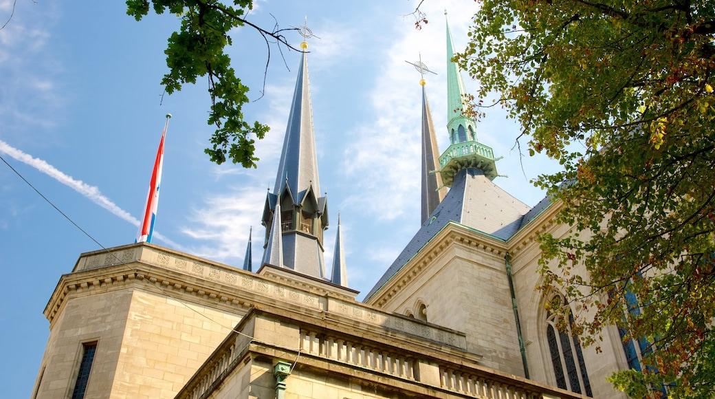 Kathedrale Notre-Dame mit einem historische Architektur, Kirche oder Kathedrale und Geschichtliches
