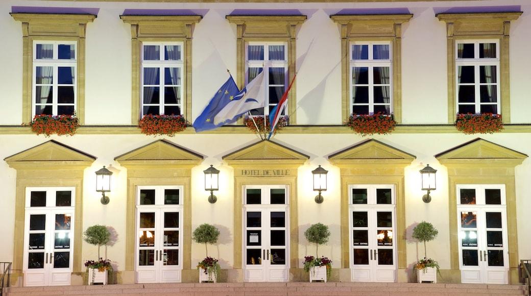 Rathaus Luxemburg welches beinhaltet Verwaltungsgebäude, historische Architektur und bei Nacht