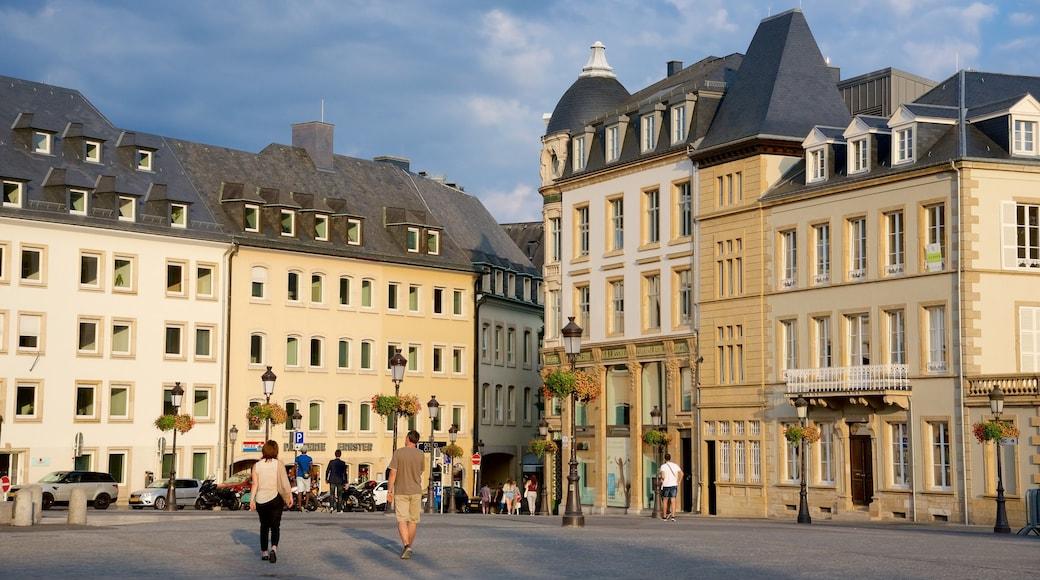 Luxembourg montrant patrimoine architectural et square ou place aussi bien que petit groupe de personnes