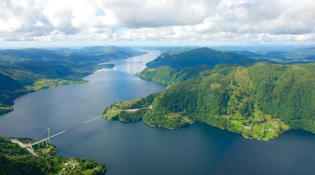 Bergen toont een meer of poel, bergen en landschappen