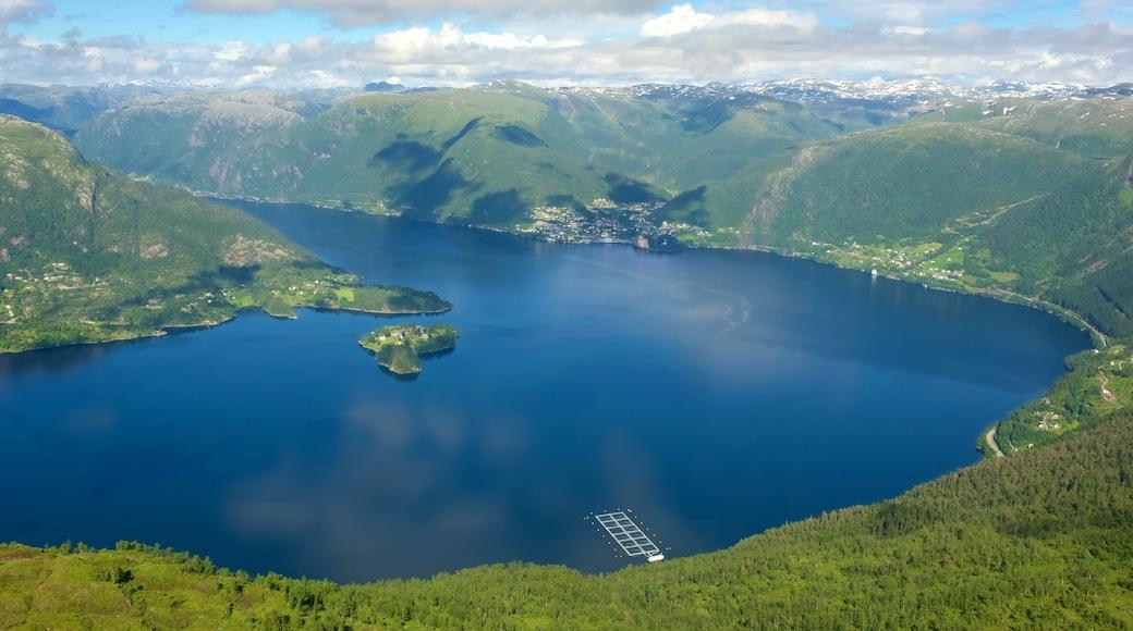 Bergen som viser fjell, landskap og innsjø