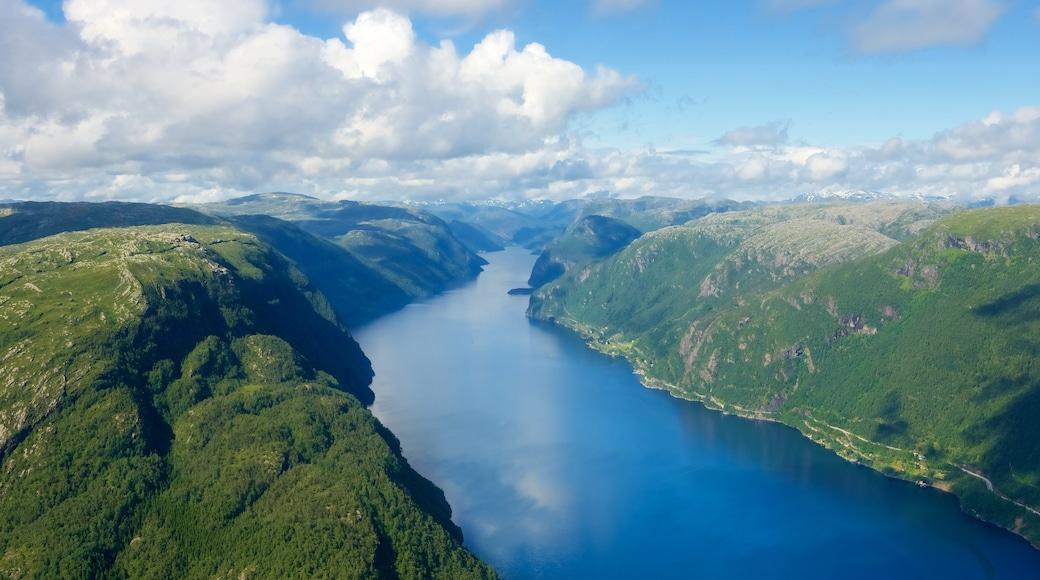 Bergen toont bergen, landschappen en een meer of poel