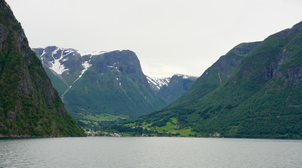 Søgnefjord mit einem allgemeine Küstenansicht, Kleinstadt oder Dorf und Berge