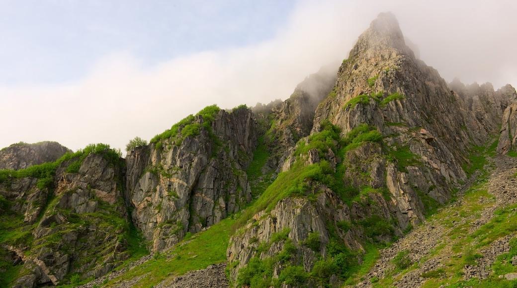 Andoy 设有 薄霧或有霧氣 和 山