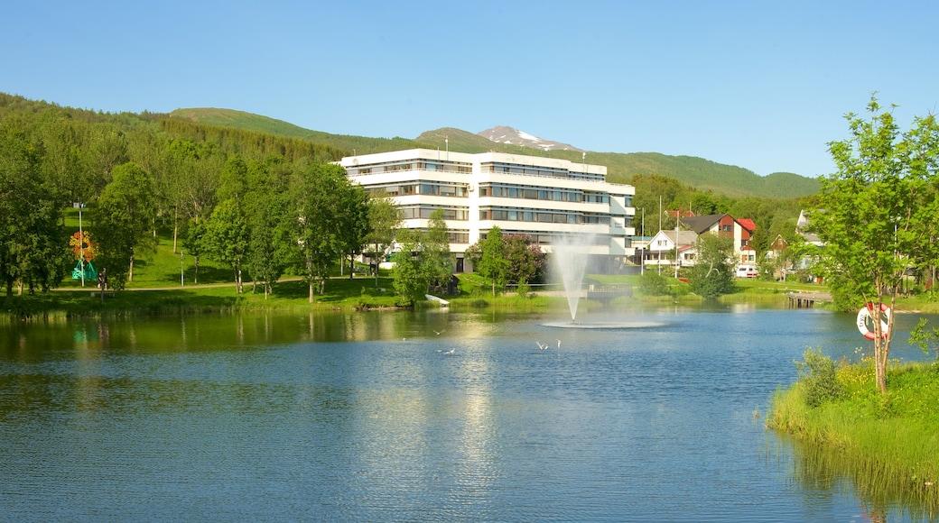 Finnsnes som viser luksushotell eller resort, fjell og innsjø