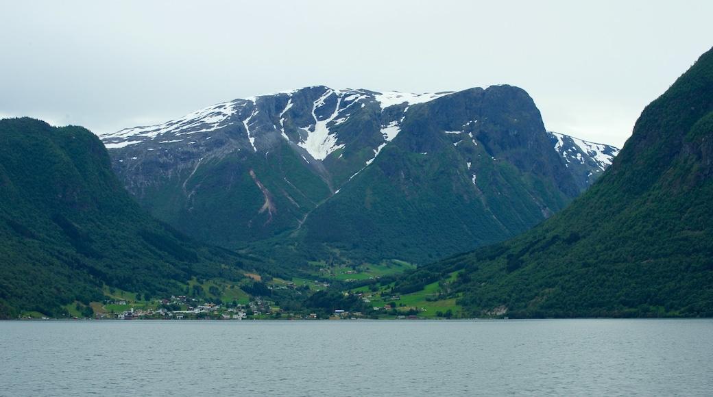 Søgnefjord das einen Berge und See oder Wasserstelle
