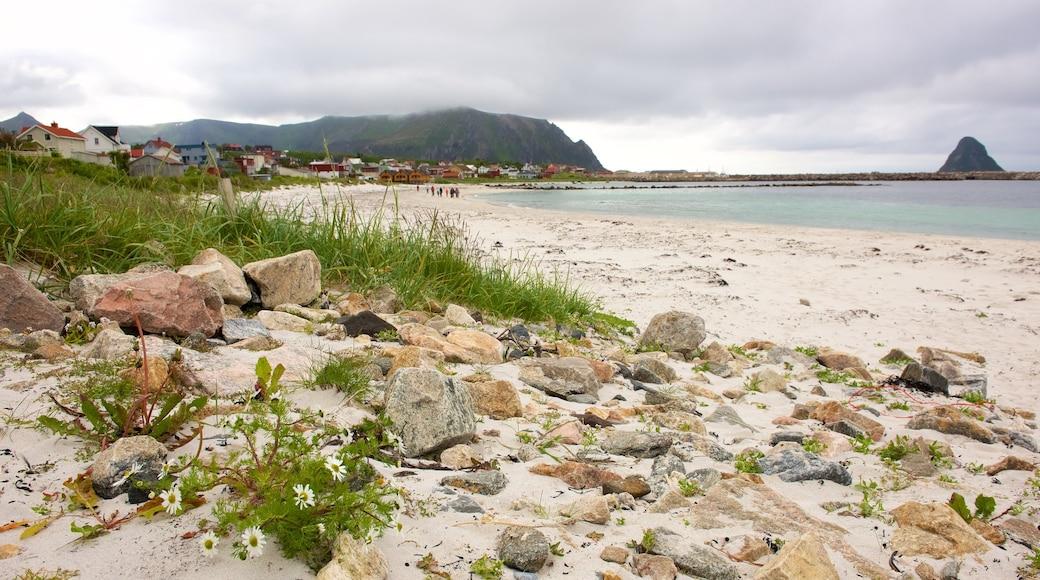Plage de Bleik montrant ville côtière et plage de sable