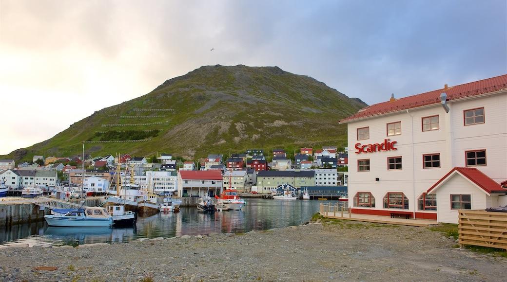 Honningsvåg som inkluderer kystby og fjell