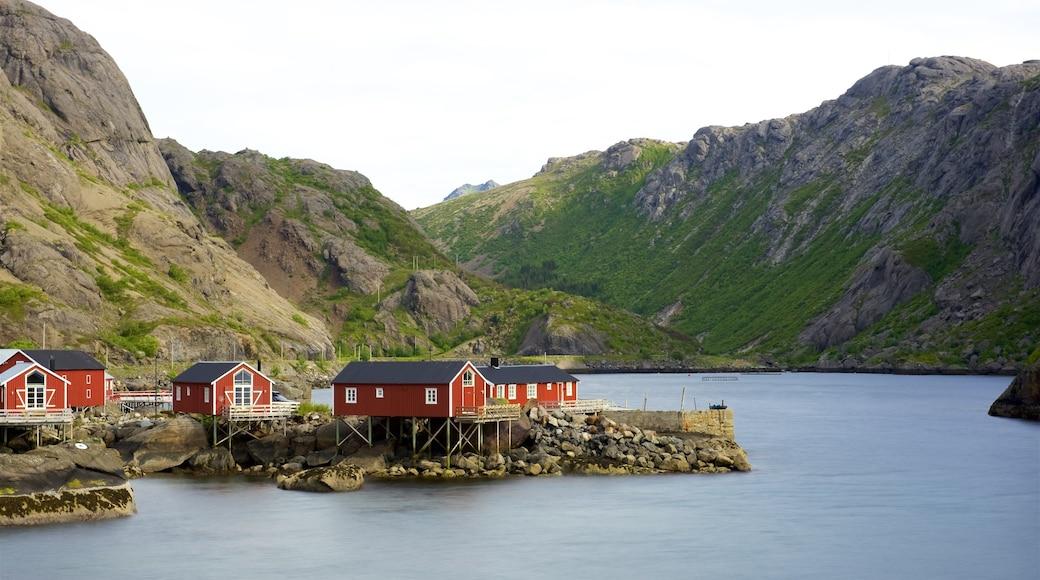 Leknes som inkluderer hotell, liten by eller landsby og fjell