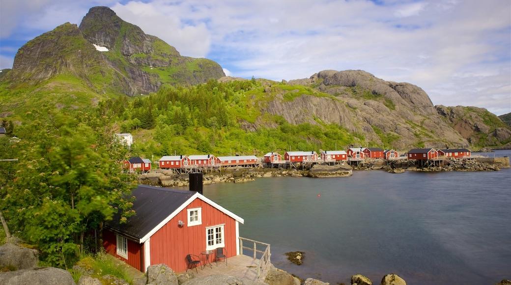Leknes mostrando un hotel, una pequeña ciudad o pueblo y un lago o abrevadero