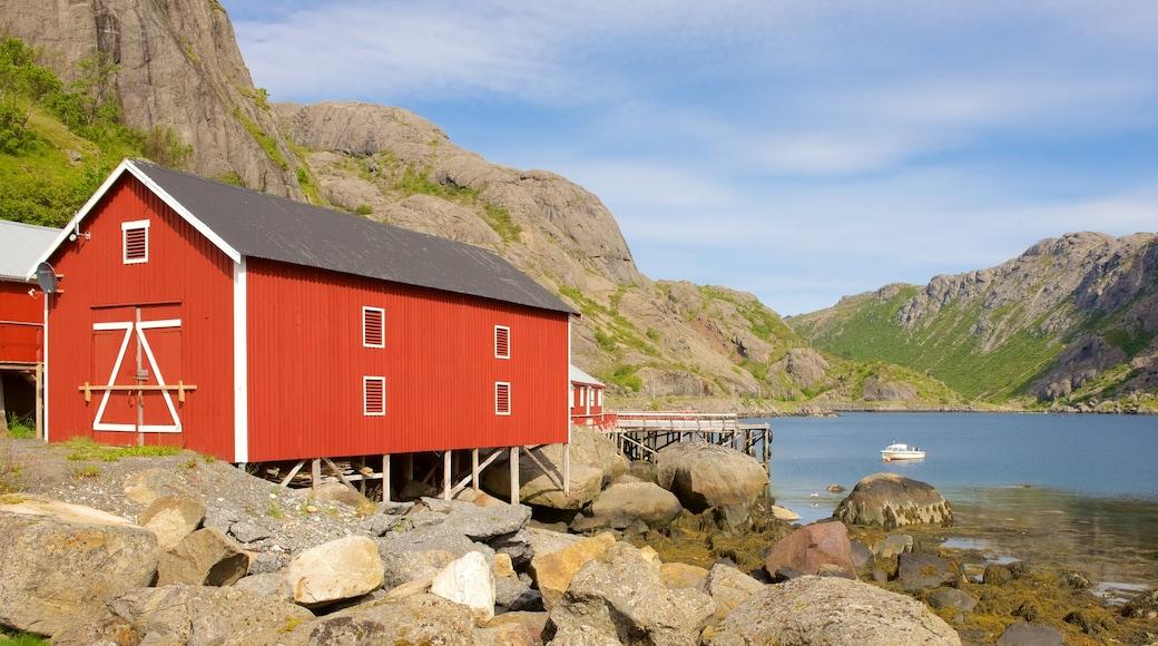 Leknes som viser liten by eller landsby og innsjø