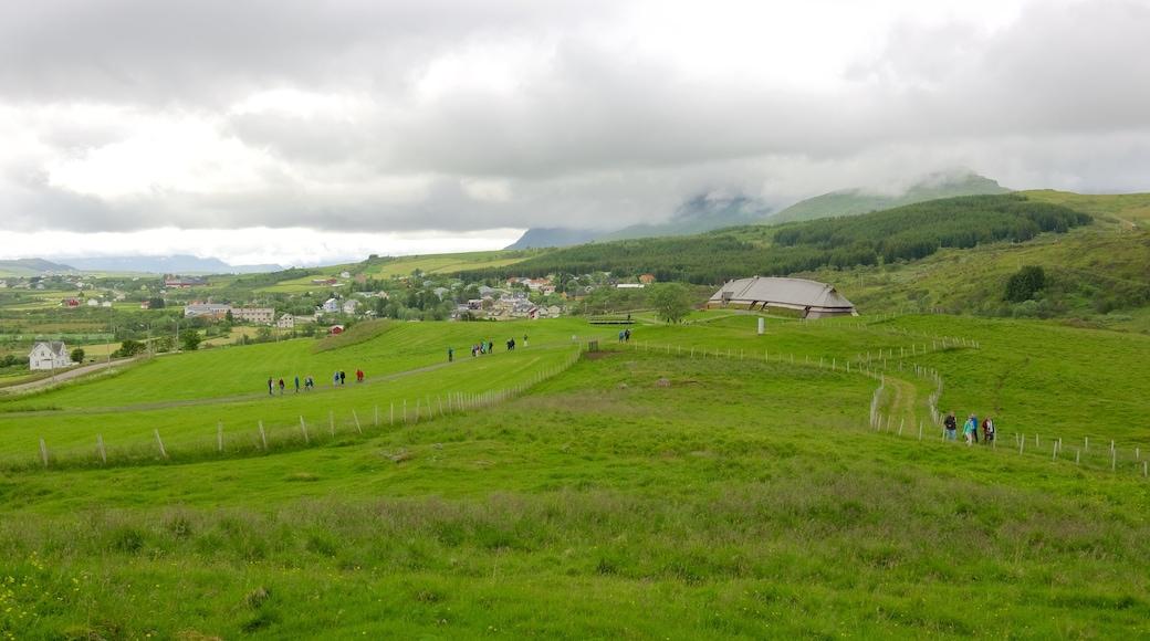 Lofotr vikingmuseum som viser liten by eller landsby og åkre