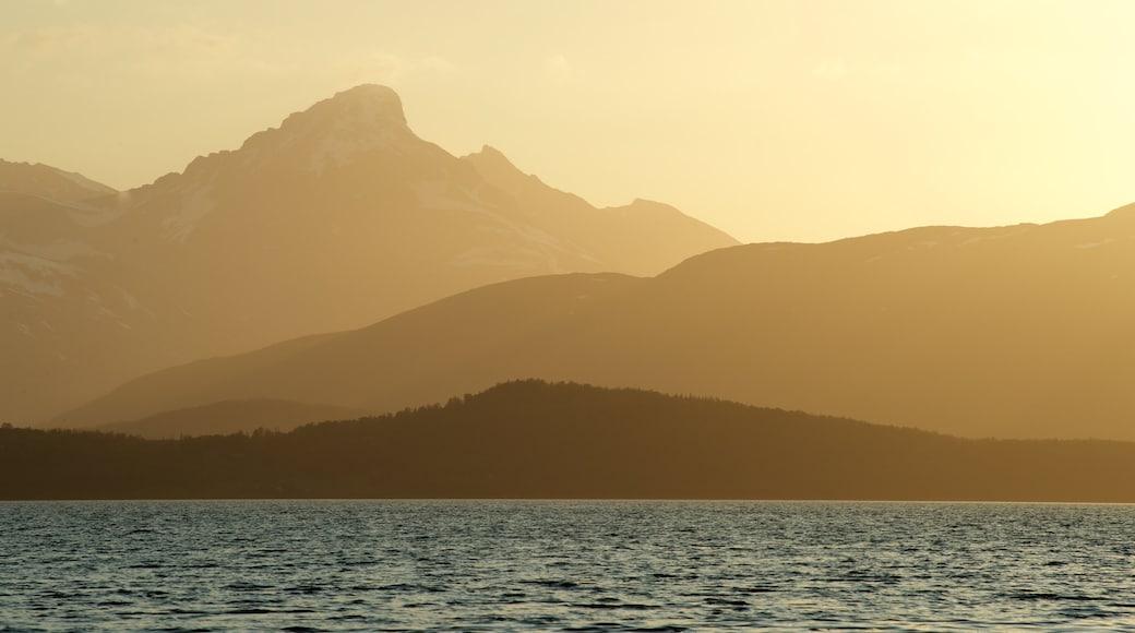 Tromsø johon kuuluu auringonlasku, vuoret ja yleiset rantanäkymät