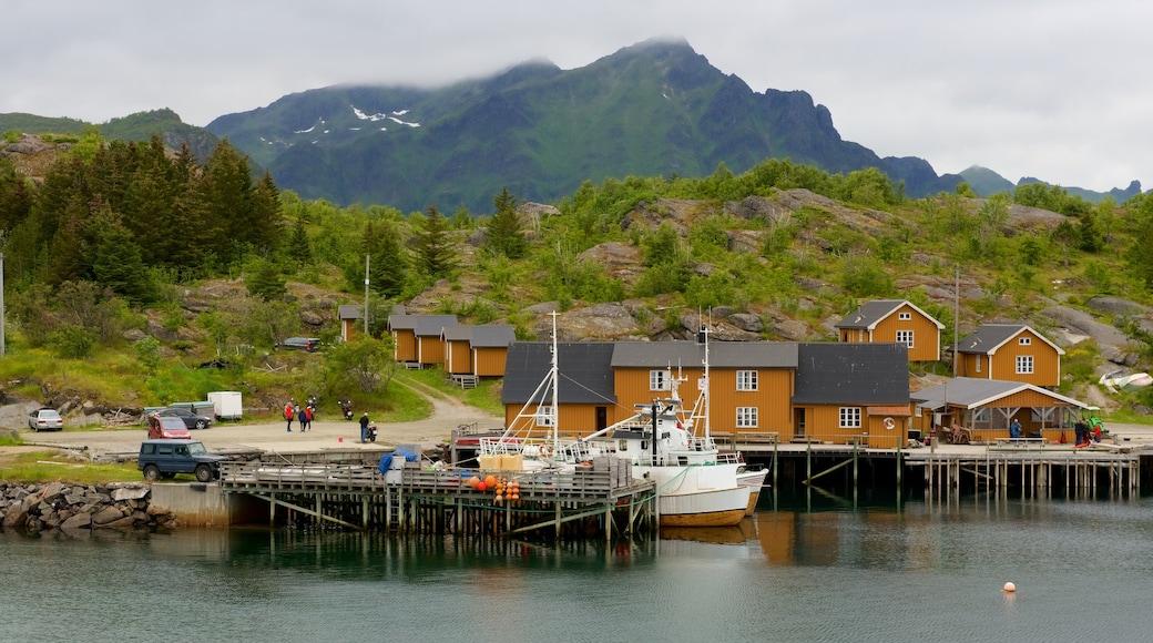 Stamsund som inkluderer liten by eller landsby og båter