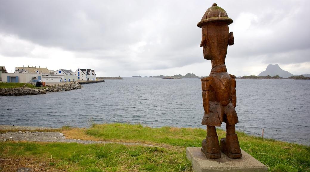 Hurtigruten Fähranleger Stamsund mit einem Kleinstadt oder Dorf und Statue oder Skulptur
