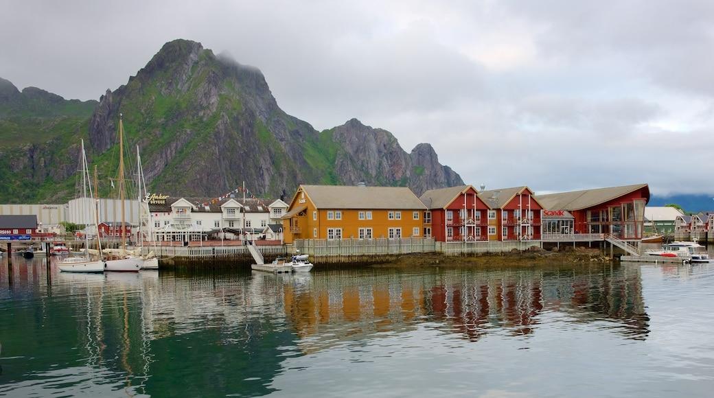 Pohjois-Norja joka esittää veneily, vuoret ja pieni kaupunki tai kylä