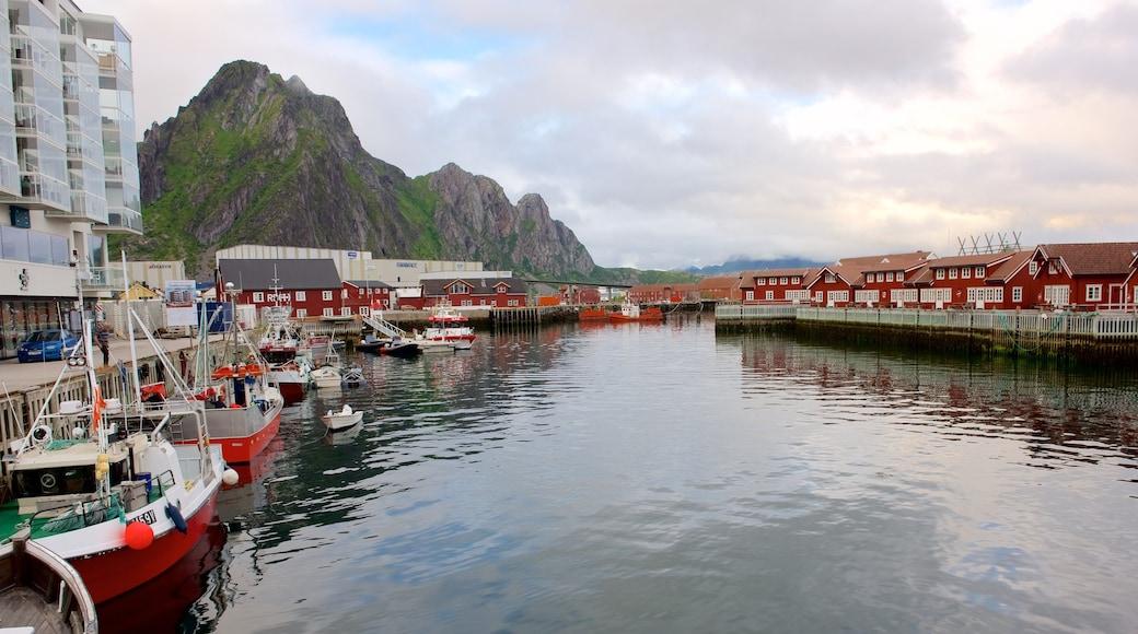 Pohjois-Norja johon kuuluu pieni kaupunki tai kylä, veneily ja vuoret