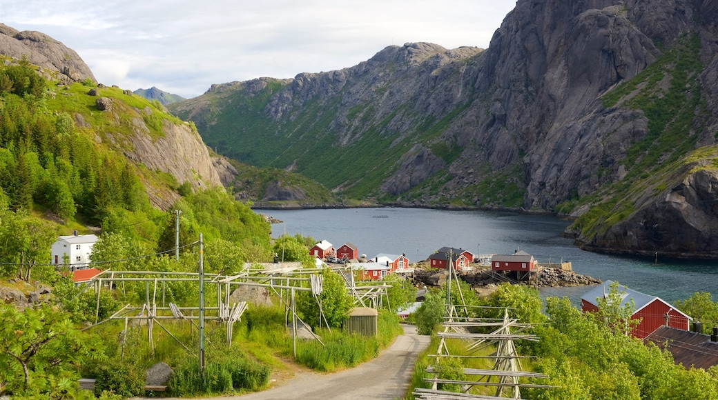Nord-Norge som viser fjell og liten by eller landsby