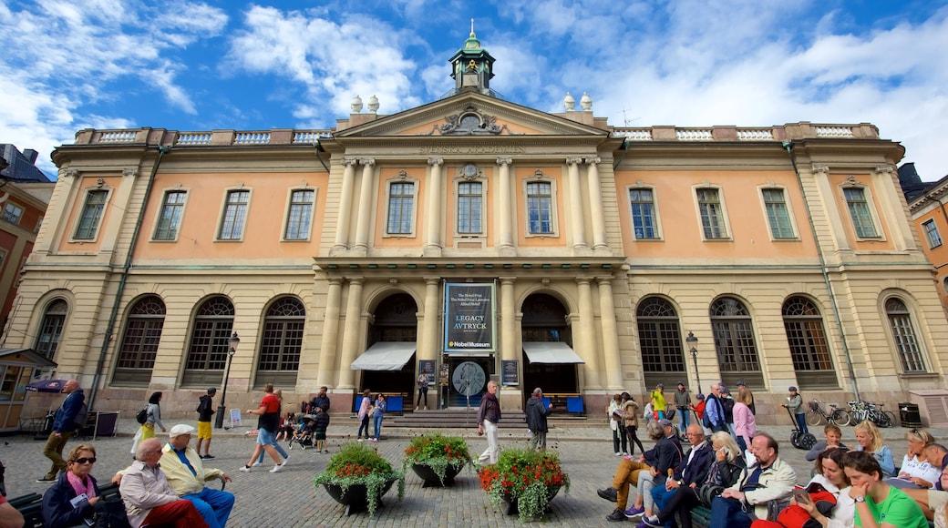 Nobel-museo sekä suuri ryhmä ihmisiä