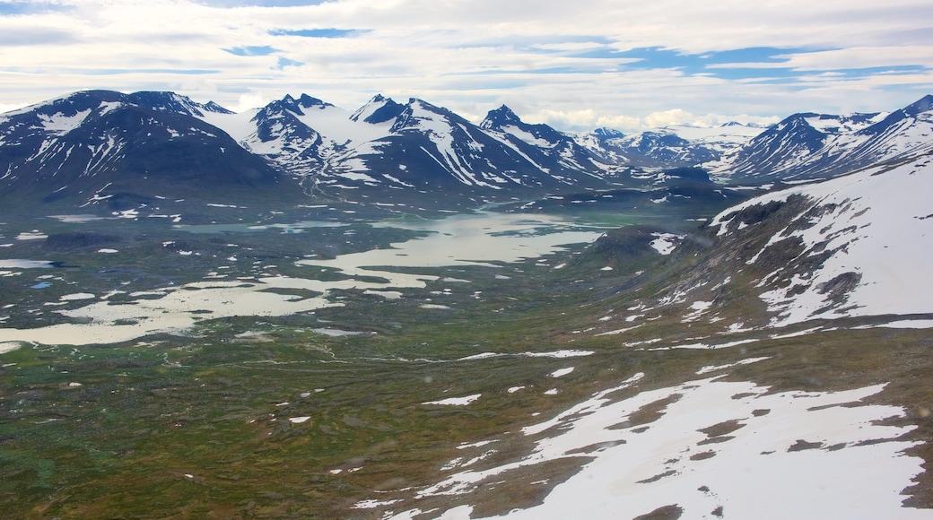 Sarekin kansallispuisto joka esittää lunta ja vuoret