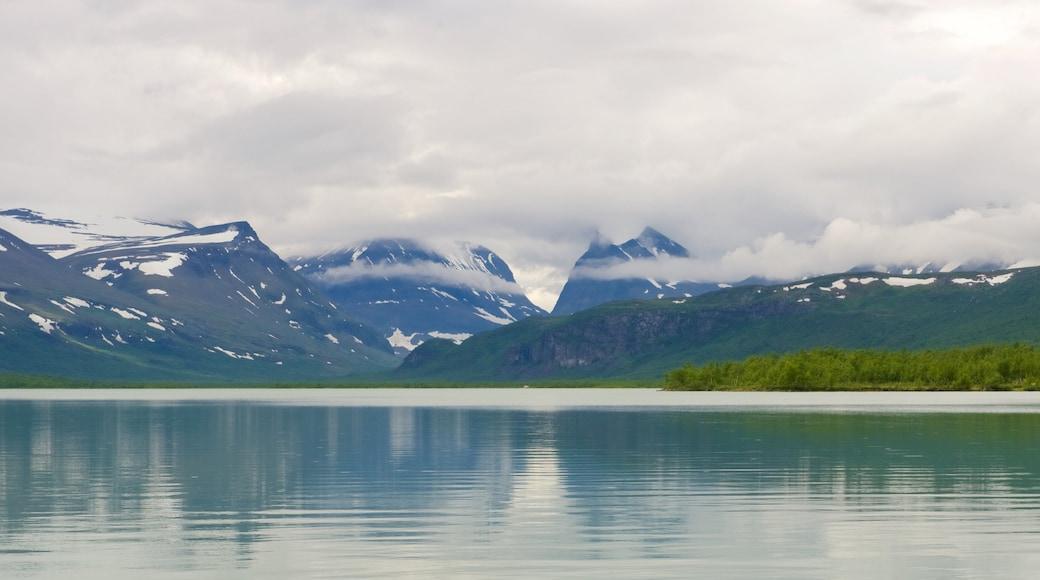 Kebnekaise som viser fjell, innsjø og tåke