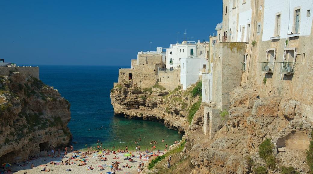 Polignano a Mare som inkluderer klippelandskap, strand med småstein og kystby