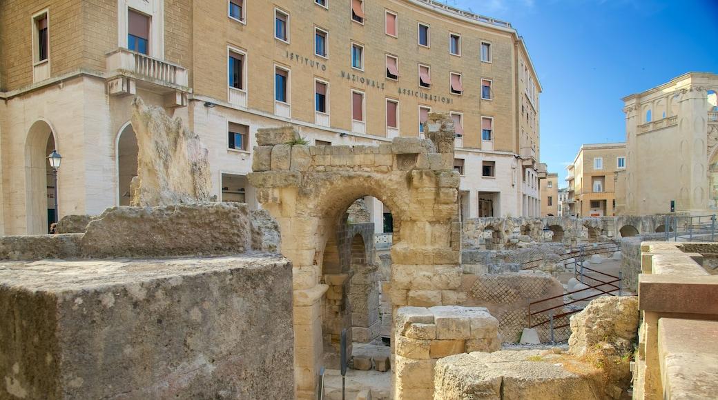 Römisches Amphitheater das einen Gebäuderuinen und historische Architektur