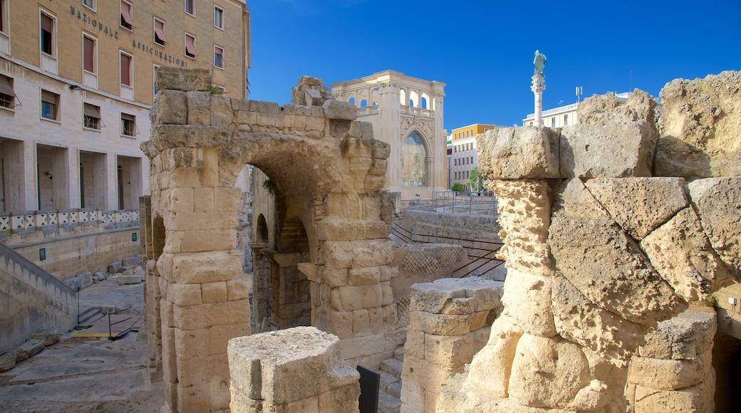 Amphithéâtre romain montrant bâtiments en ruines et patrimoine architectural