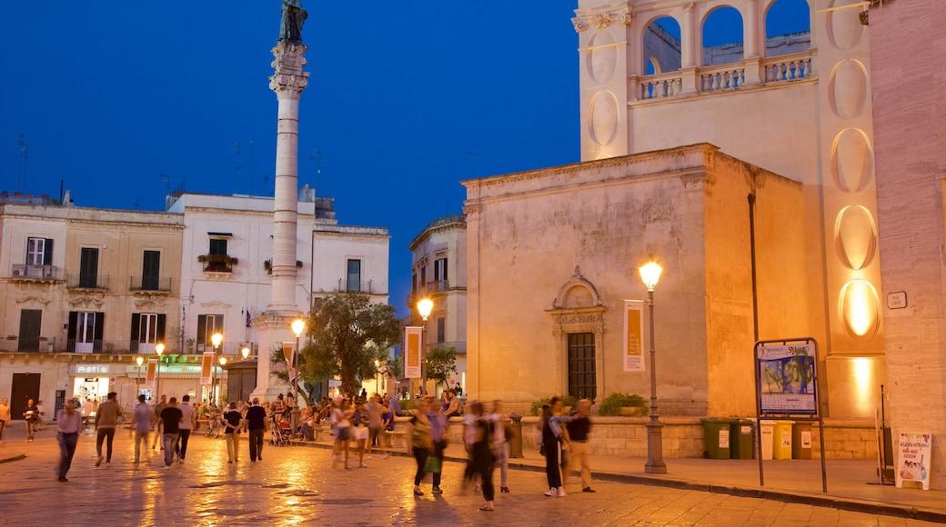 Piazza Sant\'Oronzo mit einem bei Nacht und historische Architektur