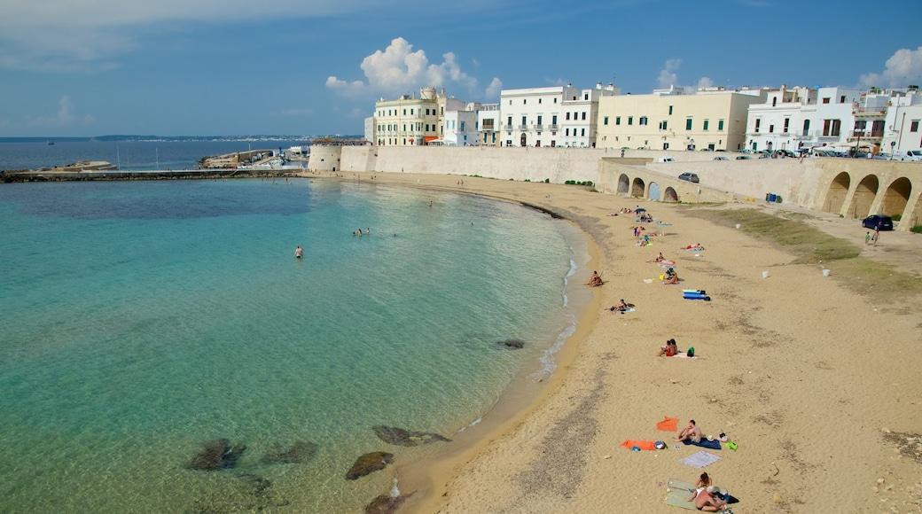 Lecce das einen Strand, Küstenort und allgemeine Küstenansicht