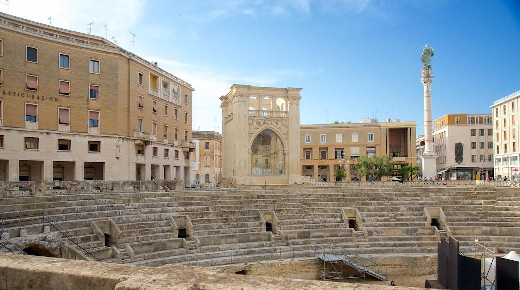 Amphithéâtre romain mettant en vedette bâtiments en ruines