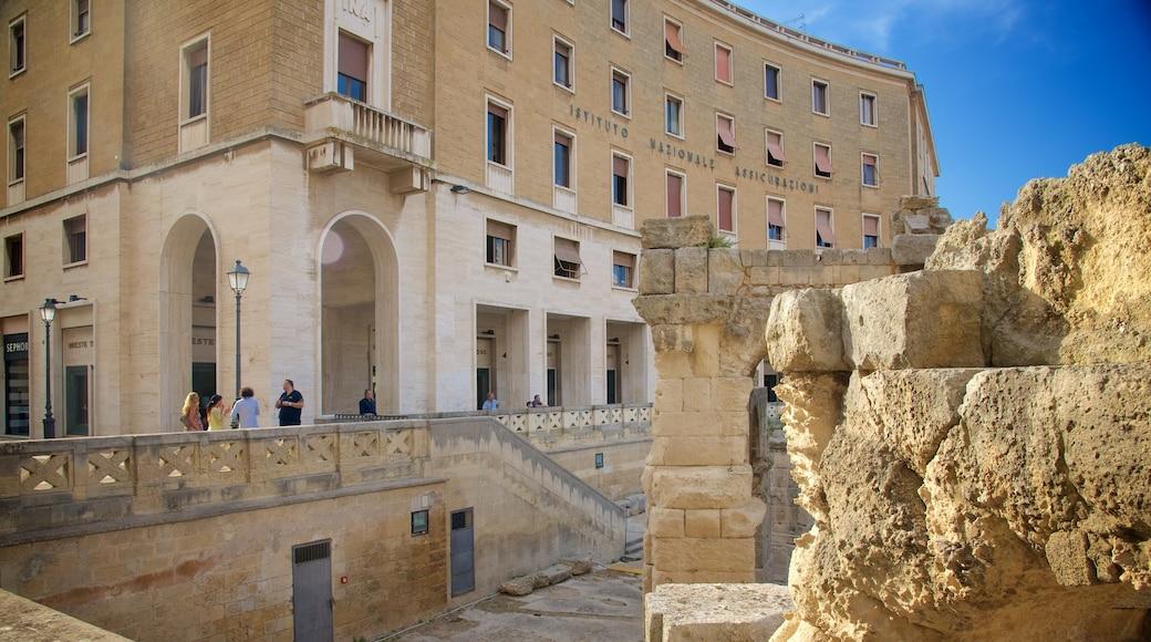 Römisches Amphitheater welches beinhaltet Gebäuderuinen